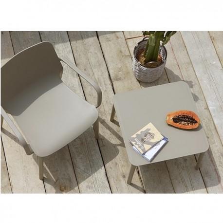 TAVOLINO ARGO 2151 - in tecnopolimero color Bianco Lino 11. Poltrona Ginevra Lounge sempre in tortora. Prettamente per esterno.