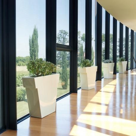 Il Vaso - Realizzato in polietilene nel colore standard Bianco Latte FT. Per interno ed esterno, in 3 dimensioni differenti.
