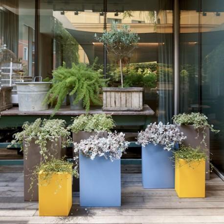 Vaso Base Pot - Struttura in polietilene nei colori Giallo Zafferano, Blu Polvere e Grigio Tortora. In 3 misure differenti.