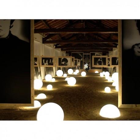 Lampada Globo Indoor - In polietilene nel colore Bianco luminoso dalla finitura opaca o lucida.