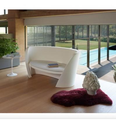 Divano Rap Chair - in polietilene nel colore standard Bianco Latte FT. Accessorio cuscino in poliuretano.