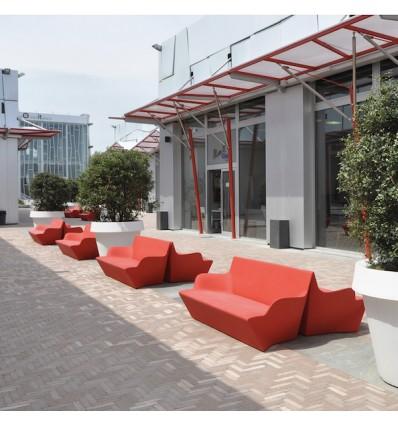 Divano Kamy Yon In polietilene nel colore Rosso Fiamma FD. Consigliato per spazi Outdoor