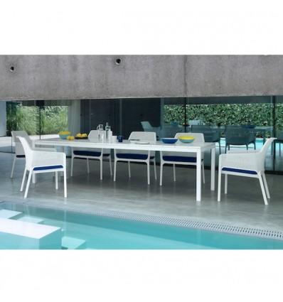 Tavolo Rio Estensibile - Gambe in alluminio e piano in polipropilene Bianco, da 140 o 210 allungabile. Poltrona Net Relax.