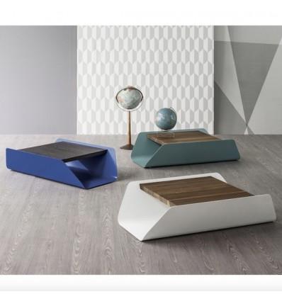 Tavolino Bend - Struttura in acciaio verniciato e piano in legno massello, disponibile in molteplici combinazioni di colori.